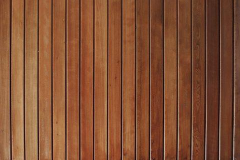 Le plafond en lambris en bois